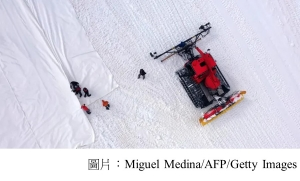 Italian team covers glacier with giant white sheets to slow melting (衛報 - 20200621)